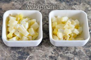 Кладём картофель, немного подсаливаем.