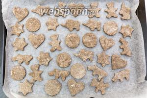 Выкладываем печенья на противень, застеленный пергаментом. Выпекаем в разогретой до 100°C духовке 15-20 минут.