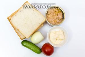Для приготовления нам понадобятся: хлеб для тостов,  тунец консервированный, майонез, лук, помидор, огурец, соль, смесь перцев.