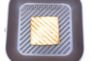 На сковороде-гриль, слегка смазанной подсолнечным маслом, поджарим хлеб.