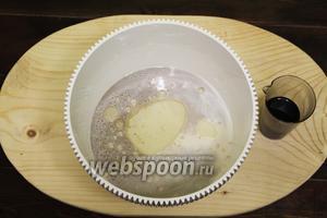 Наливаем тёплый рассол из обычных консервированных оливок.