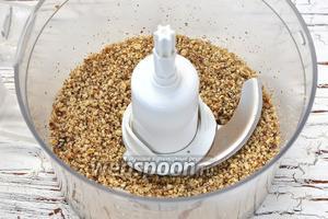 Орехи измельчить в кухонном комбайне (насадка — металлический нож) в мелкую крошку.
