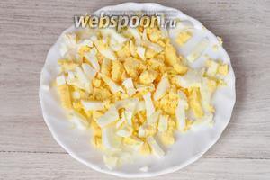 Яйца следует предварительно отварить, а затем пропустить через яйцерезку или нарезать кубиками.