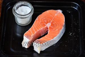 Рыбу следует промыть, а затем посолить по вкусу.