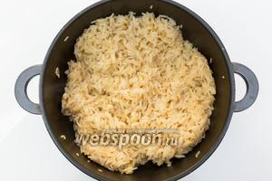 Добавим воду, соль, перец и на сильном огне доведём до кипения. Как только выкипела 1/2 воды, накроем крышкой, газ убавим до минимума и доведём рис до готовности. Рис готов. Накроем крышкой, отставим в сторону.