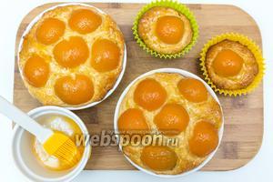 Готовые горячие (!!!) пироги смажем отложенным во 2 шаге джемом. Остудим.  Приятного чаепития!