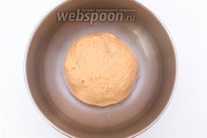 Вымешиваем мягкое, эластичное тесто. Муки может понадобиться больше или меньше указанного количества. Выкладываем его в миску, смазанную маслом. Накрываем плёнкой, ставим в тёплое место на 1-1,5 часа.