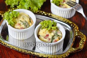 Порционный омлет с тархуном, горошком и колбасой