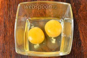 Забиваем куриные яйца в глубокую тарелку.