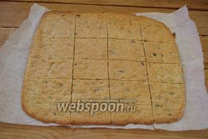 Сразу снимаем горячее печенье с бумаги. Переверните печенье бумагой вверх и снимите её. С остывшего печенья бумага не отходит и орошение её водой ничего не даст. Печенье готово.