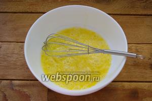 В миску поместите  3 яйца. Добавьте щипку чёрного молотого перца и взбейте.