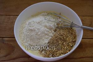 К яйцам добавьте сахар. Взбейте. Теперь просейте муку и добавьте орех. Перемешайте.