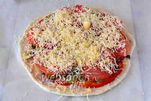 Твёрдый сыр натереть на мелкой тёрке, посыпать сыром овощи. Отправляем лепёшку в разогретую, до 180ºC духовку на 25 минут.