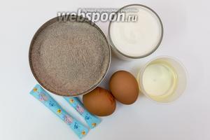 Для приготовления нам понадобятся мука гречневая, кефир, подсолнечное масло, яйца, сахар, соль, сода.