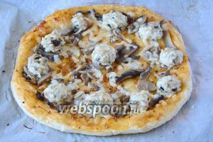 Готовую пиццу подаём в горячем виде. Приятного аппетита!