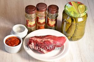 Для приготовления долмы из говядины вам понадобится соль, аджика, перец чёрный и красный молотый, мята сухая, листья виноградные и говядина.