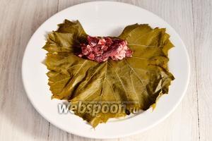 Расклыдываем мясо на виноградный лист.