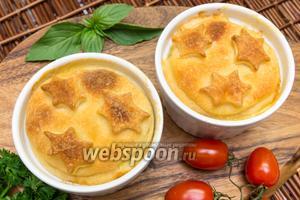 Куриное филе в соусе, запечённое в горшочках