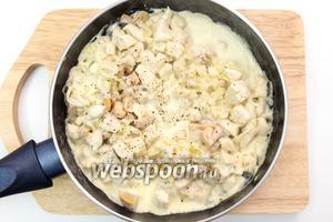 Добавим сливки, нарезанные грибы, кориандр, смесь перцев. Тушим пару минут, пока соус станет вязким. Смесь выкладываем в горшочки.