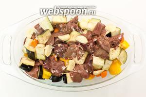 Выкладываем нарезанные овощи и печень в форму, в которой будем запекать. Запекаем в духовке при температуре 200°C 20-25 минут.