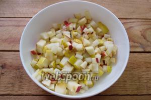 Для начинки мы используем измельчённые яблоки и груши. Шкурку с фруктов я не снимала. Удалила только кочан и нарезала на мелкие кубики.