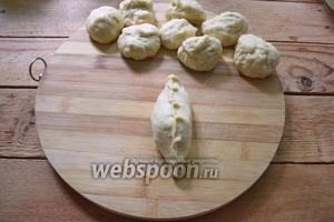 Соедините края теста, придайте форму пирожка. Формовку самого пирожка можно делать по вашему усмотрению. Чтобы края пирожка соединялись плотно и не расходились, используйте оставшиеся 50 гр муки. Припудривайте пальцы перед лепкой.