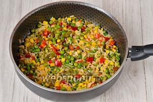 Готовим 10 минут всреднем, до полной готовности риса. Рис в гавайской смеси, как правило, готовится быстро. Солим по вкусу.