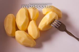 Накалываем картошку вилкой глубоко. На картошинках весом 50-100 г я обычно делаю 6 проколов.