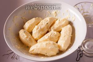 Смешиваем маринад из майонеза, соли и листочков тимьяна, обмазываем им картошки и маринуем при комнатной температуре 1 час. Кто готовит предварительно, под последующую праздничную сервировку — в холодильнике под плёнкой можно продержать картошку в маринаде и подольше.