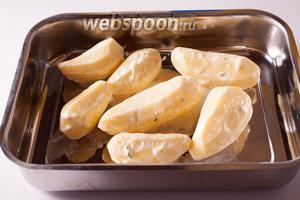 Разогреваем духовку до 200°С, выкладываем картошку в огнеупорную форму — и запекаем в духовке на среднем уровне 25-30 минут.