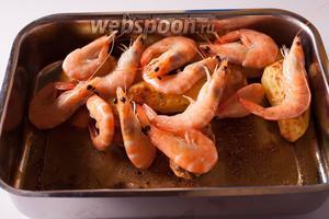 Укладываем поверх картошки креветок, снижаем температуру до 160°С и держим картошку с креветками в духовке ещё 5 минут, если креветки были уже размороженные, и 10 — соответственно, если они были ещё не размороженные.