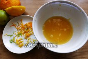 Счистим цедру с апельсина, лимона и лайма. Выжмем сок из них.