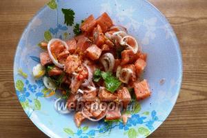 Рыбу и сок соединим. Приправим солью, сахаром, перцем по вкусу. Отправим в холодильник на 1-1,5 часа (по некоторым данным на 15-20 минут). При подаче можно добавить несколько капель оливкового масла.
