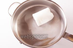 Растапливаем в глубокой сковороде или широкой кастрюле жир. Кто использует фритюрницу — следует установить её на температуру 160ºC.