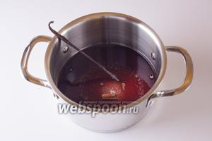 Смешиваем все ингредиенты соуса, кроме ягод, и доводим получившуюся жидкость до кипения, снимаем с огня.