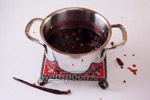 На третий день извлекаем из соуса и выбрасываем ваниль, корицу, гвоздику и перец.