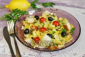 Сочный салат с маслинами, сыром и сухариками
