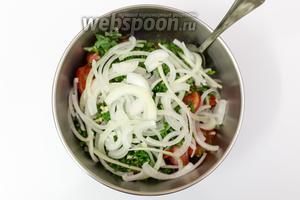 В миску с маринадом выкладываем нарезанные помидоры, зелень с чесноком. Лук нарежем полукольцами и отправим туда же.