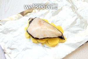 На картофель положить стейки зубатки.