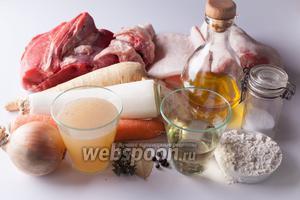 Мясной соус состоит из двух групп основных компонентов: это всякое низкосортное (и богатое желатином) мясо и придающие соусу аромат овощи. И то, и другое, в принципе, может быть любым, какое вам под руку попадётся, в любых соотношениях. Голяшки, кожа, жилистое мясо, всякие костлявые остатки куриных тушек — в дело можно пустить ВСЁ, абсолютно всё. То же и относительно овощей: лук, порей, морковка, сельдерей, пастернак. Если кто-то любит чеснок, то можно и чеснок. Вино я брала белое, но это тоже не принципиально: взяла бы красное, получился бы соус с другим названием, только и всего. Взяла бы воду — получился бы соус демиглас. Травы-приправы тоже произвольные, кому что нравится. Количество соли зависит от степени солёности мясного бульона и желательной конечной консистенции соуса.