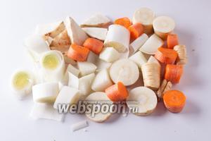 Все овощи нарезаем крупными кусками.