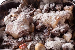Посыпаем слегка покоричневевшие мясо с овощами мукой, перемешиваем всё, и оставляем в духовке ещё на 5 минут — если нам нужен соус совсем бледного цвета, на 10 минут — для карамельного (как у меня), и 15-20 — для густого коричневого. Это мы создаем «ру» — «завариваем» муку в жире. Доведи мы цвет до темно-коричневого, готовый соус из точно такого же состава компонентов назывался бы «эспаньоль» или «коричневый».