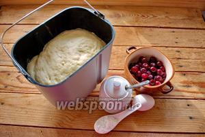 Для приготовления пирожков возьмите тесто дрожжевое (покупное или домашнее), вишню, крахмал, яйцо и сахар. Ещё понадобится мука для работы.