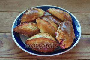 Дайте пирожкам подняться в тёплом месте около 20 минут. Разогрейте духовку до 200°С. Смажьте пирожки взбитым яйцом и выпекайте пирожки до готовности около 20 минут. Готово. Снимите пирожки с противня и можно подавать к столу.