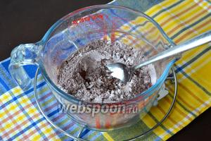 В небольшой миске смешать вместе 2/3 части сахарной пудры, какао-порошок и кукурузный крахмал.