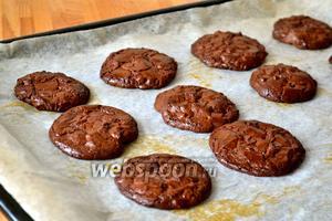 Выпекать в разогретой духовке на среднем уровне 11-13 минут. Следите за печеньем после 10 минут, чтобы оно не пригорело.
