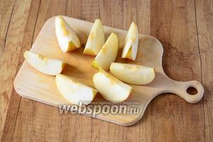 Яблоко режем также на 8 частей, удаляя косточки.
