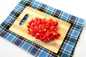 Сладкий перец очистить от семян, порезать кубиками.