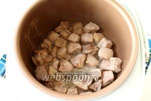 Обжарить мясо на масле в режиме «Жарка» в течении 15 минут, периодически перемешивая.