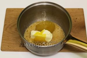Вводим мёд, можно густой, и масло сливочное. Отправляем на водяную баню. Перемешиваем, чтобы ингредиенты хорошо растворились.
